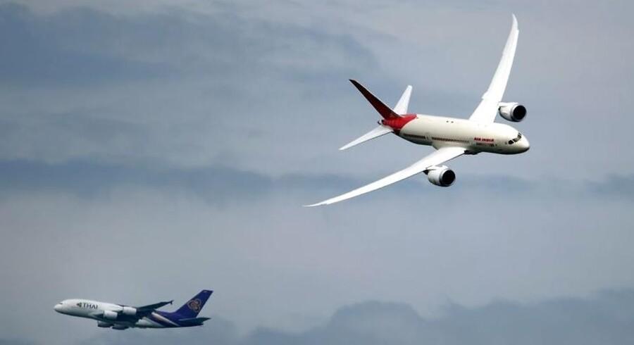Her ses en Dreamliner fra Air India med en Thai Airways Airbus A380 i baggrunden til til et flyshow i Paris i juni. Intet tyder ind til videre på, at Dreamlineren er ved at flyve ind i nye problemer - trods seneste brand.