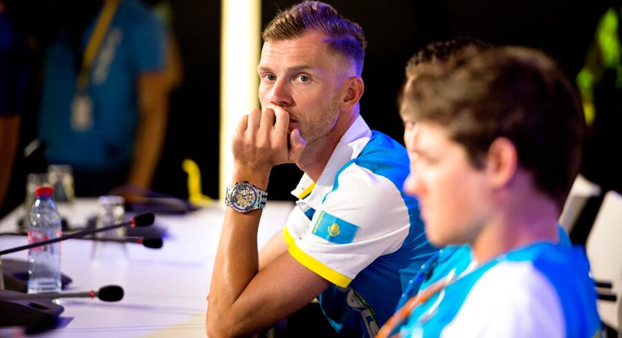 Lars Boom (tv) er ude af årets Tour de France, og Team Astana må klare sig med en rytter mindre.