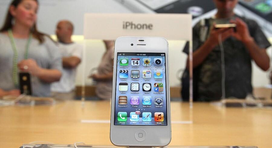 Her er den så - iPhone 4S. I går havde 150 mennesker stillet sig i kø for at få en.