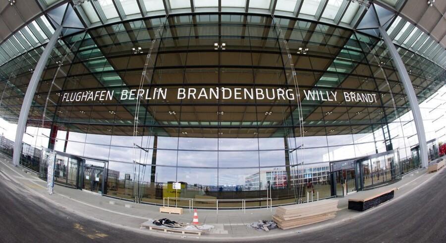 I modsætning til byens to andre lufthavne, Tempelhof og Tegel, så ligger Berlin-Brandenburg uden for byen. Den er placeret i Schönefeld på grænsen til Brandenburg-delstaten.