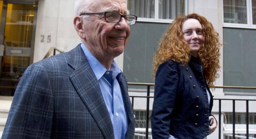 Rupert Murdoch forlader sin lejlighed med Rebekah Brooks i London 10. juli.