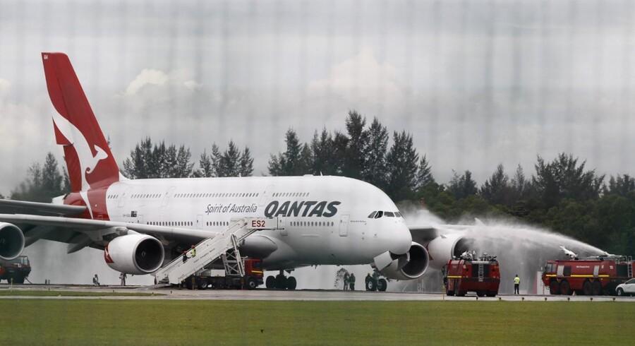 Der bliver sprøjtet vand på flyveren efter den landede sikkert i Singapore.