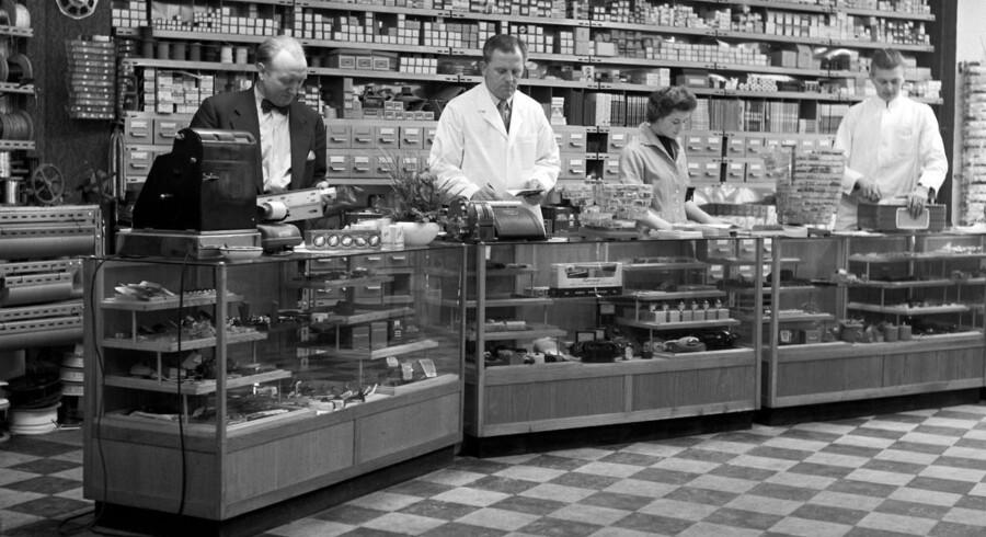 Lige som i gamle dage - her på Radiolageret - elsker danskerne at gå i butikker. Men nu kikker vi lige på nettet først. Arklivfoto: Olaf Kjelstrup, Scanpix