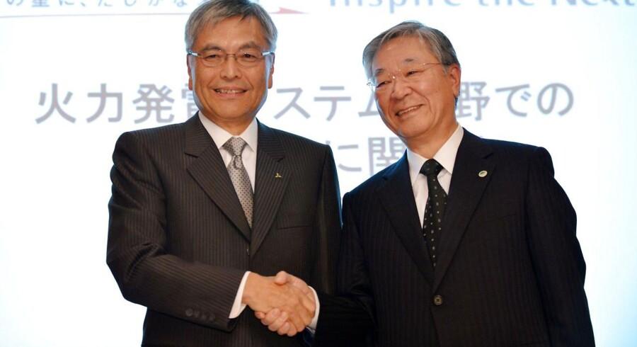 På billedet ses Hideaki Omiya, præsidenten for Mitsubishi (v) Hiroaki Nakanishiog, præsidenten for Hitachi (h). Som netop har indgået et nyt samarbejde om et nyt energi projekt.