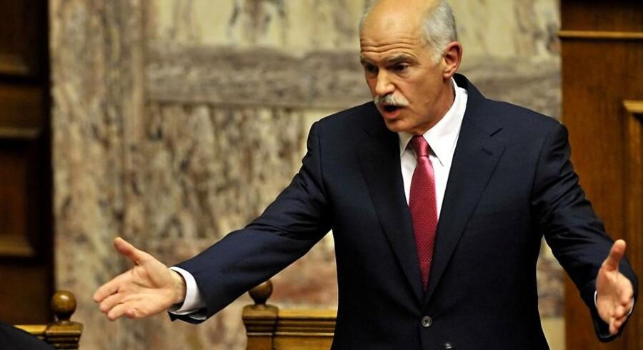 Grækenlands premierminister hedder stadig George Papandreou. Han har en uge til at få vedtaget en enorm sparepakke i landets parlament.