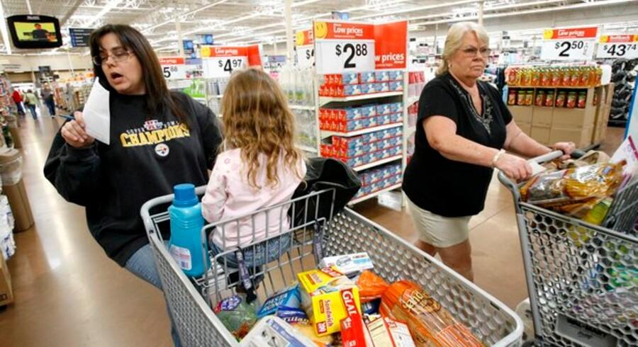 Laura Miller (tv) og hendes datter skal kunne være sikre på, at når de køber ind hos Walmart, så er varerne også fremstillet efter grønne og bæredygtige principper - det gælder også varer, som er leveret af Arla og Mærsk. Foto: Mario Anzuoni/Reuters