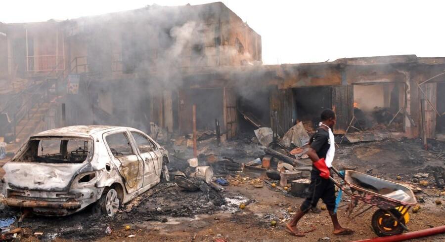 To bomber ramte tirsdag et tætbefolket forretningsområde i byen Jos i det centrale Nigeria. Eksplosionerne har dræbt mindst 118 mennesker og såret 45, oplyser de lokale myndigheder ifølge Reuters.