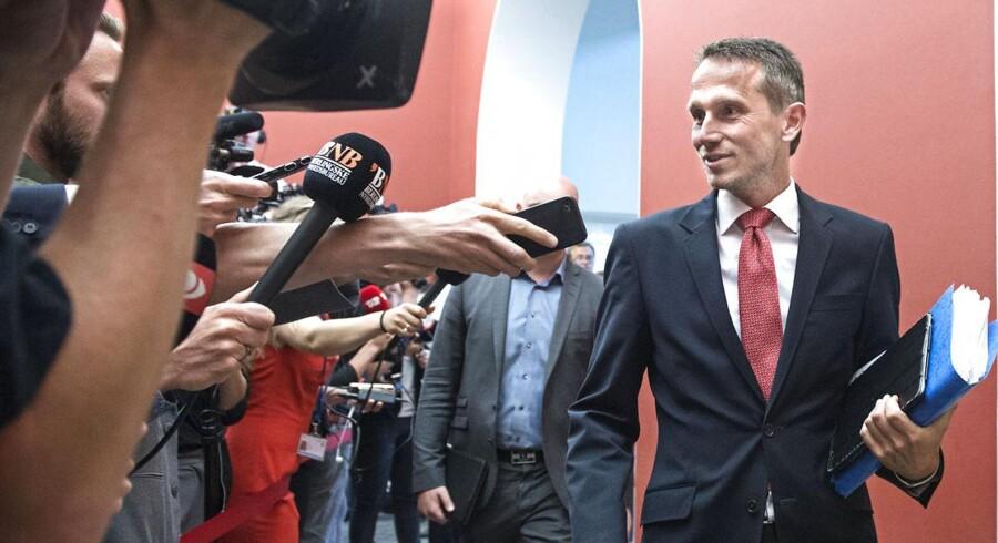 Kristian Jensen på vej til gruppemøde i Venstre tirsdag formiddag.