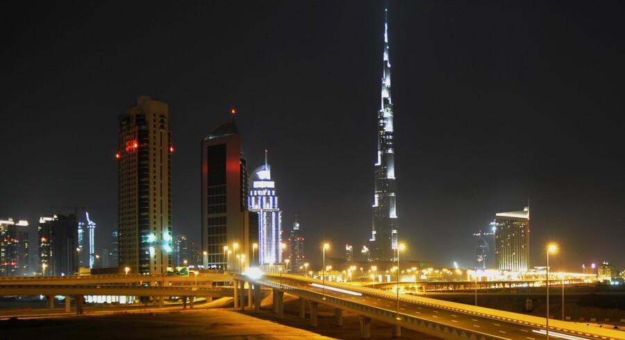 Ørkenstaten Dubai har lånt enorme summer for at omdanne emiratet til et luksuriøst  turist- og forretningscentrum. Gældsbyrden skønnes at være i omegnen af  100 milliarder dollar.