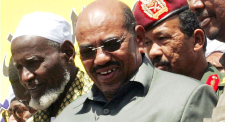 Omar al-Bashir ved demonstrationen i dag i Khartoum.