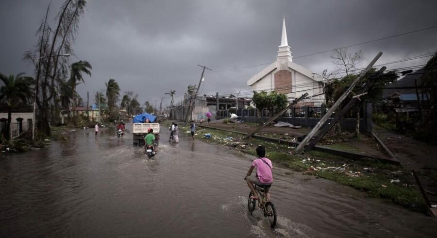 En oversvømmet gade i en af de hårdest ramte byer, Tacloban, i Filippinerne.