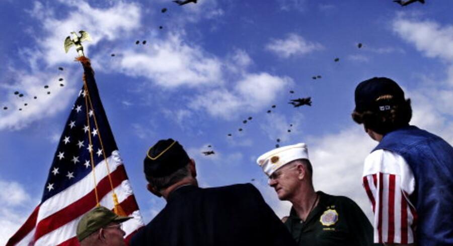 Liam Kane og Anthony Geogaegan (i midten) fra veteranorganisationen The American Legion var ude med fanen ved folkefesten. Foto: Rune Feldt-Rasmussen