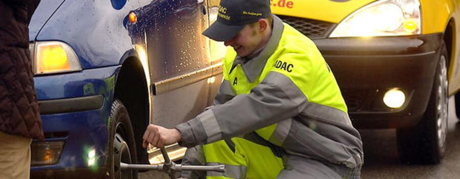 Totempo er gået i betalingsstandsning. Her er det dog en medarbejder fra Adac, der skifter et hjul.