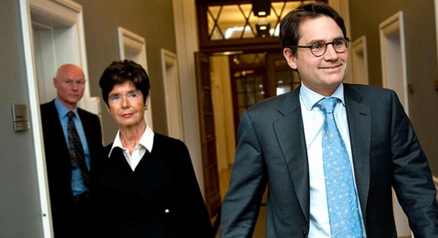 Justitsminister Brian Mikkelsen til møde med politidirektør Hanne Bech Hansen og rigspolitichef Jens Henrik Højbjerg om bandekrigen. Nu afkræves Mikkelsen svar.