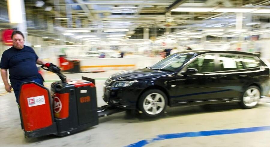 En Saab 9-3 Sport Combi trilles ud fra fabrikken i Trollhättan efter syv ugers stilstand ved samlebåndet.