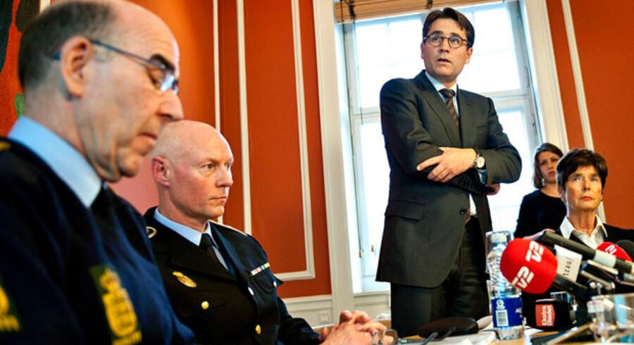Justitsminister Brian Mikkelsen, fremlægger regeringens bandepakke foran politiinspektør Per Larsen, rigspolitichef Jens Henrik og politidirektør Hanne Bech Hansen.