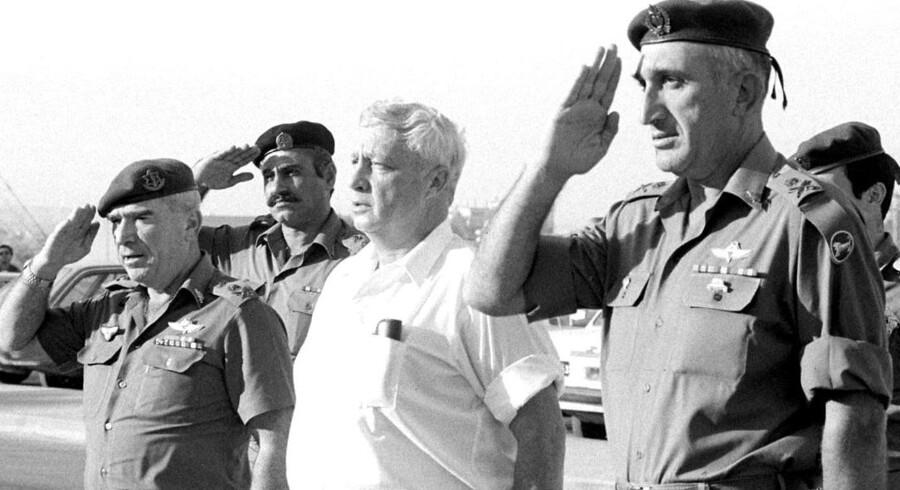 ARKIVFOTO. Ariel Sharon (i midten) er her fotograferet i 1981 under sin tid som forsvarsminister.