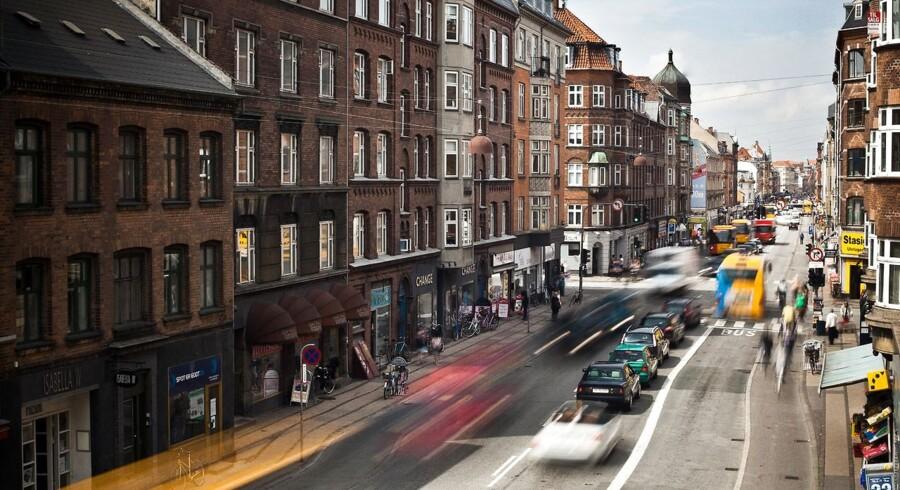 ARKIVFOTO. Antallet af biler på Amagerbrogade skal halveres, og gaden skal gøres mere fodgænger- og cyklistvenlig, kræver Københavns miljø- og teknikborgmester i et udspil op til de kommende budgetforhandlinger.