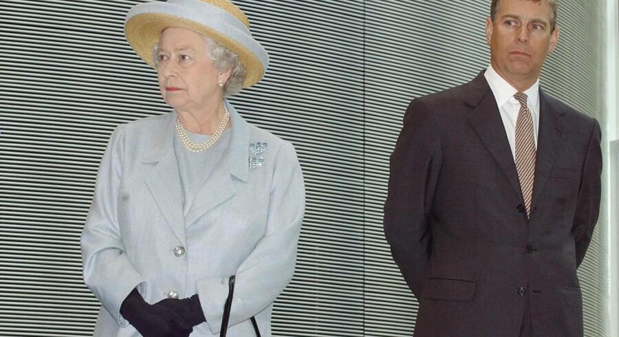 Dronning Elizabeth har helt uhørt kaldt sin søn Prins Andrew til en alvorlig samtale omkring den sidste tids skandaler.