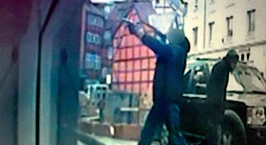 Personen, der skød mod HA-rockeren Brian Sandberg midt i København, er fortsat på fri fod.