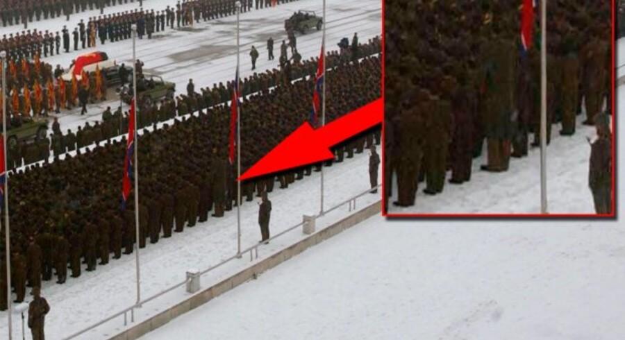 Blandt de mange tusinde militærfolk, der stod opstillet i parader under diktatorens begravelsesceremoni, har en bruger af det sociale nyhedsnetværk 'Reddit' spottet en mand, der rager godt op i folkemængden.