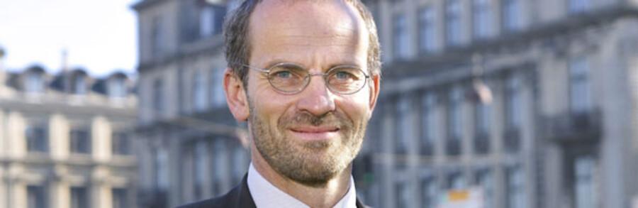 Mens DF kræver LD Invest-direktør Jeppe Christensens hoved på et fad, nøjes S, SF og beskæftigelsesministeren med at kræve en tilbundsgående undersøgelse af hans investeringsmæssige gøren og laden under sin tid som LD-direktør.