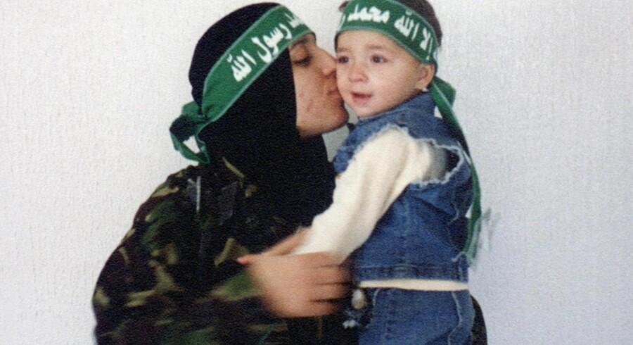 Reem Saleh Al-Riyashi kysser sin søn. Den 14. januar 2004 sprængte hun sig selv i luften og tog fire israelere med sig i døden.
