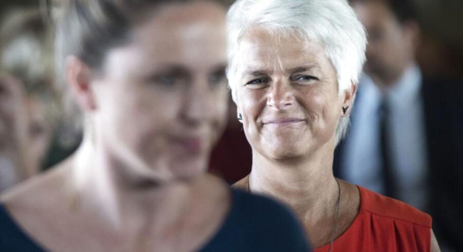 det var en tydeligt rørt Karen Hækkerup (S), som med bævende stemme og vand i øjenkrogene overdrog Social- og Integrationsministeriet til SF-lederen, Annette Vilhelmsen. Et par smil var der dog også plads til.