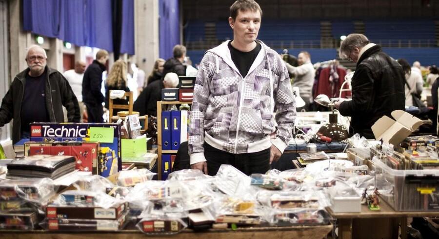 Brian Jacobsen sælger gamle postkort i stor stil. Selv samler han på LEGO, Anders And-blade og postkort med bryggerier.