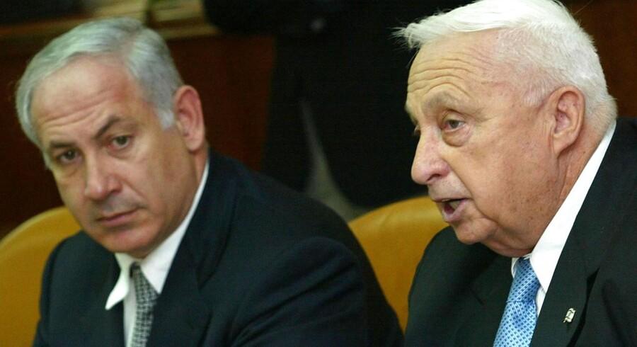 ARKIVFOTO. Ariel Sharon er her fotograferet med sin daværende udenrigsminister, Benjamin Netanyahu.