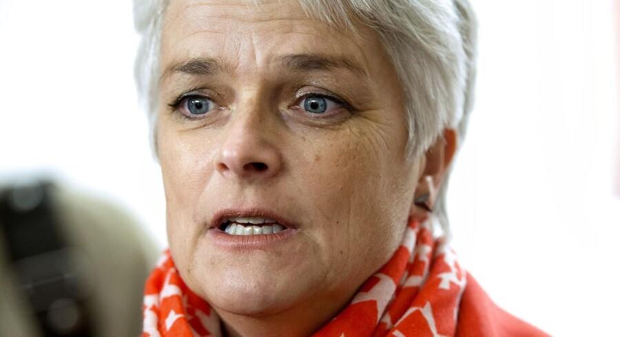 Meget peget på, at Annette Vilhelmsen får en næse, efter hun har været i samråd i onsdag. Foto: Keld Navntoft/Scanpix