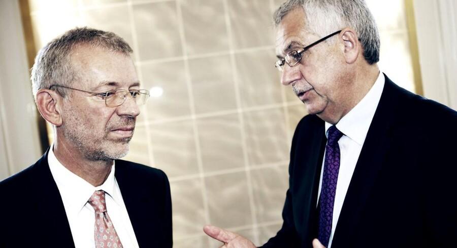 Peter Schütze (tv)i snak med trafikminister Hans Christian Schmidt. Peter Schütze skal som DSB-formand træffe valget om hvem, der skal være DSBs nye topchef.