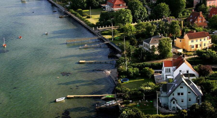 De dyre huse på Strandvejen nord for København ligger højt på listen over veje, hvor der sælges flest villaer i Danmark.