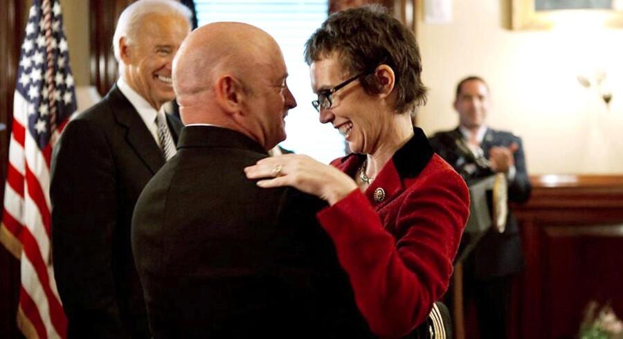 Mark Kelly giver sin kone et knus ved en officiel ceremoni i Washington den 6. oktober. Det var kun anden gang, GabbyGiffords var tilbage i regeringsbyen, efter hun blev skudt. Foto: Reuters