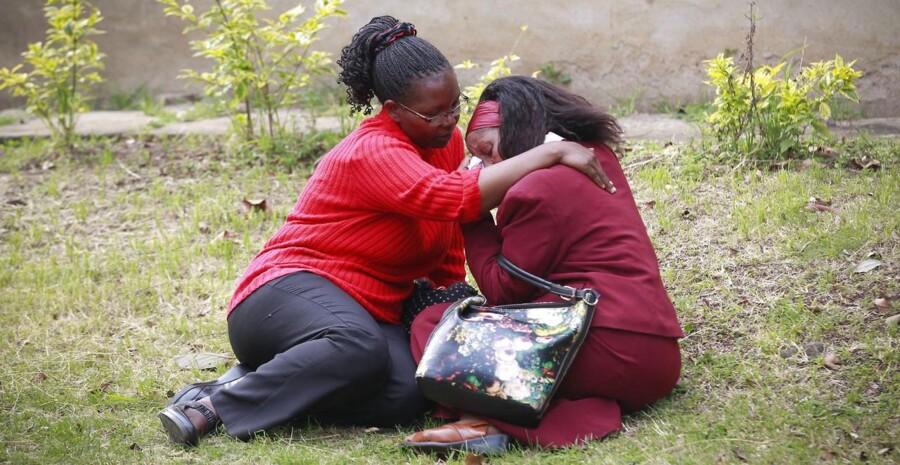 Agnes Mutua (th ) bliver træstet af en veninde, efter fundet af liget af hendes 26-årige nevø, der blev dræbt i terrorangrebet.