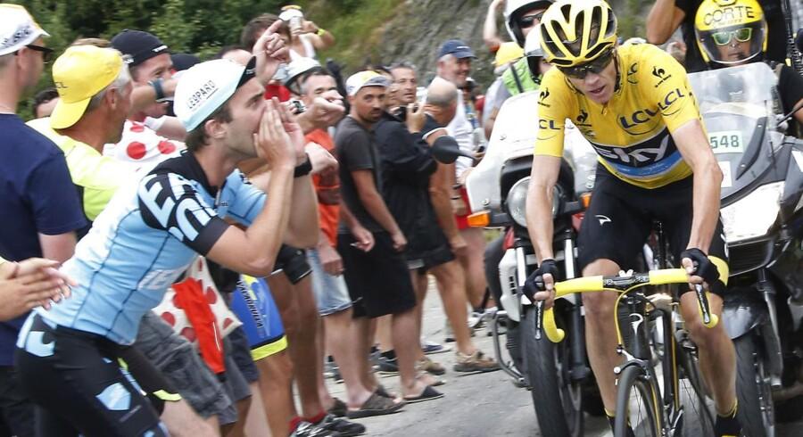 En tilskuer spyttede fredag på den førende rytter i Tour de France, Chris Froome. Denne tilskuer har dog travlt med at heppe på den 30-årige englænder.