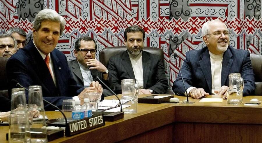 Et historisk øjeblik: USAs udenrigsminister, John Kerry (tv.), og Irans udenrigsminister, Mohammad-Javad Zarif (th.) mødes i FN - her torsdag 26. september.