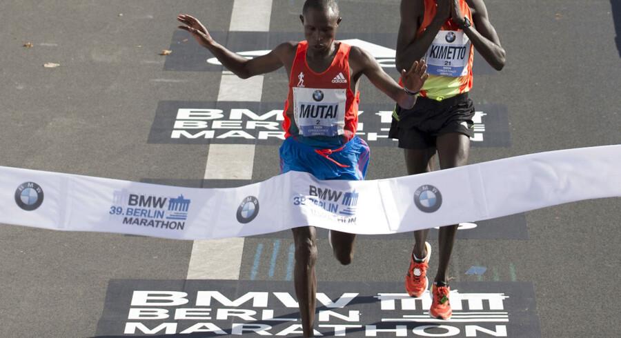 Geoffrey Mutai krydser målstregen ved årets Berlin Marathon ét sekund foran landsmanden Dennis Kimetto i tiden 2:04:15.