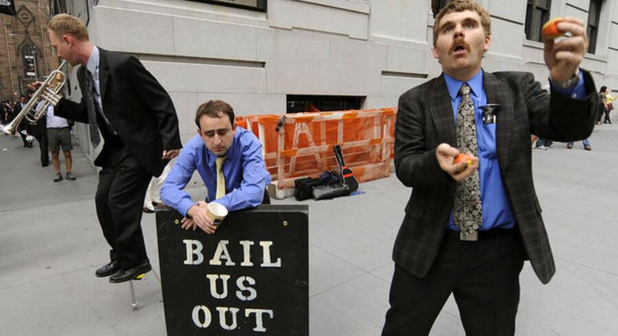 Arbejdsløse finansfolk optræder på Wall Street, mens børshandlerne inden for på New York Stock Exchange har sendt aktierne op med 30 procent de seneste uger.