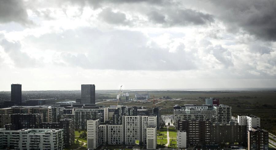 Fra Hotel Bella Sky i Ørestad City kan man skue ud over tomme byggegrunde i Ørestad Syd, hvor By & Havn, Københavns Kommune og Realdania vil opføre en multiarena med plads til 15.000 tilskuere.