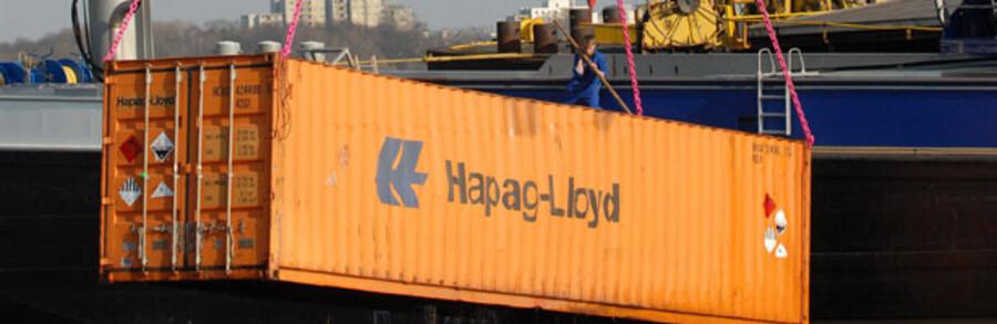 Der er dystre udsigter for de store containerrederier. Maersk Line ventes at komme med røde tal på fredag, og køberne af Hapag-Lloyd – herunder bystyret i Hamborg – står med et rederi, der balancerer på randen af konkurs. Rederiet taber ifølge ubekræftede forlydende omkring 750 mio. kr. om måneden, og rederiet måtte i sidste uge bede den tyske stat om økonomiske garantier på 1,2 mia. euro.