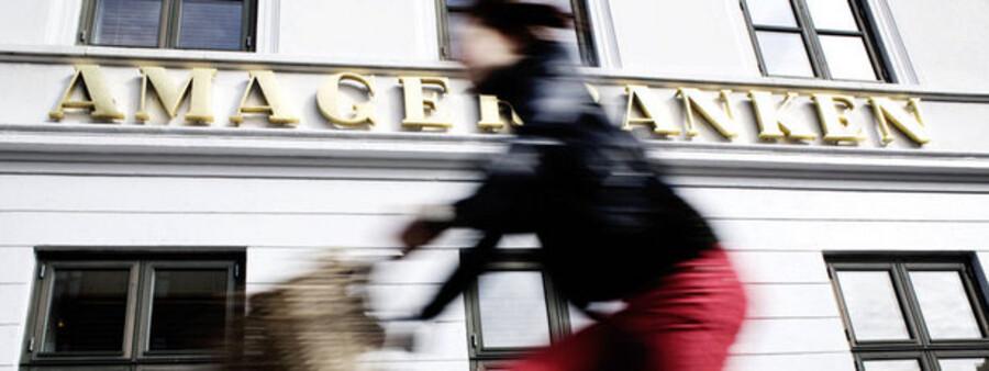 Efter den magtfulde direktør Knud Christensens død tegnes Amagerbanken af formanden, advokat N.E. Nielsen, også kaldet Danmarksmester i bestyrelsesposter.