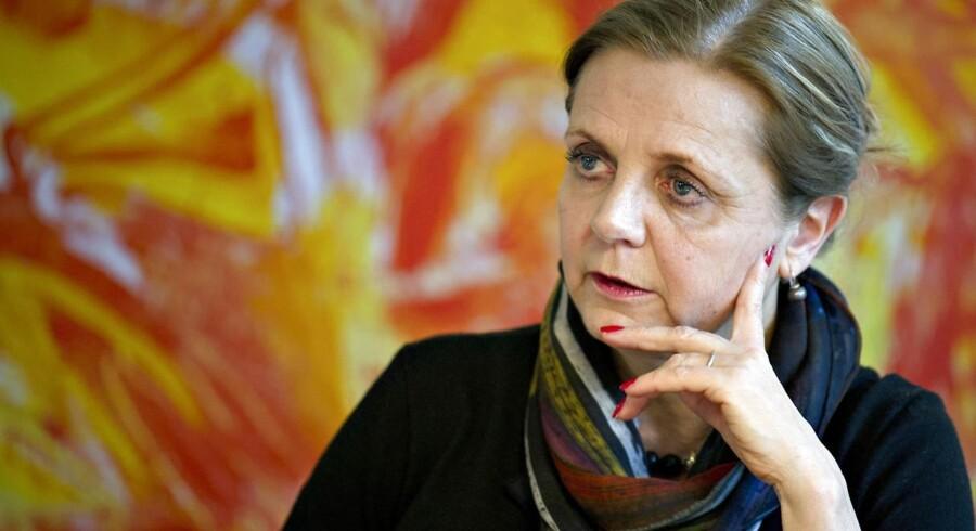 For Karen Frøsig, der er i gang med en energisk opkøbsstrategi i Sydbank, kommer nedskrivningen særligt uheldigt, skriver Økonomisk Ugebrev.