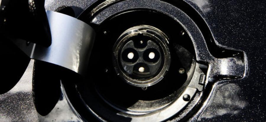 Der skal stå 100.000 ladestationer klar i 2011. Iagtagere frygter børnesygdomme i det store elbil-projekt.