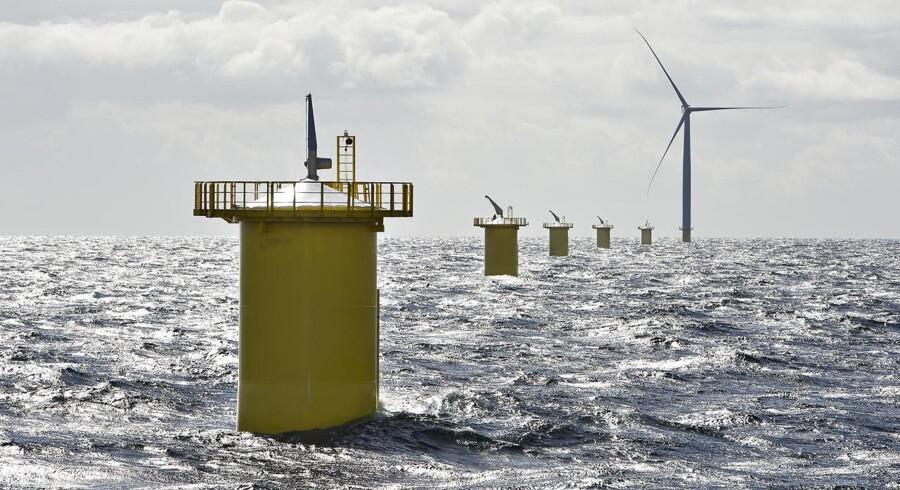 DONG Energy skal opføre en store havvindmøllepark ud for den engelske østkyst med møller fra Siemens. Billedet er fra opførelsen af mølleparken i Kattegat ved Anholt.