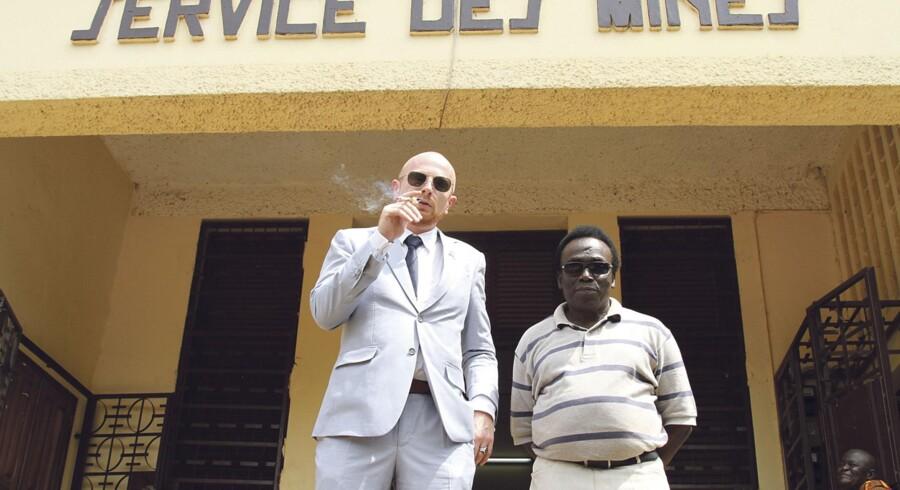 Med noget, der ligner et diplomatpas, i lommen fører Mads Brügger sig frem blandt godt- og skidtfolk i Den Centralafrikanske Republik.