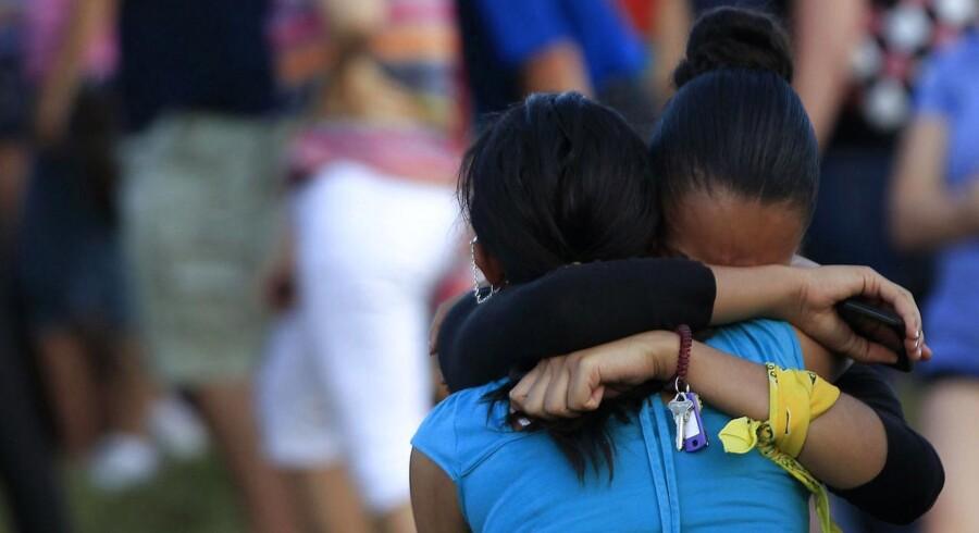Berørte sørger over ofrene for den 24-årige massemorders nedskydning af 71 personer, hvoraf 12 har mistet livet.