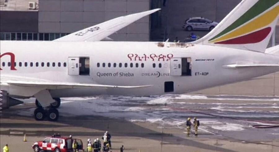 Her ses de ydre brandskader på det Ethiopian Airlines-Dreamliner-fly, der lige nu er parkeret i Lonons Heathrow-lufthavn.