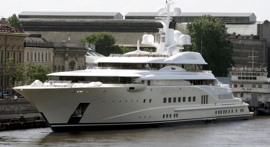 Ifølge The Guardian er den russiske milliardær og ejer af fodboldklubben Chelsea Roman Abramovichs kæmpeyacht også blevet jaget væk af den sardinske kystvagt. Her ligger den imidlertid til kaj i St.Petersburg.