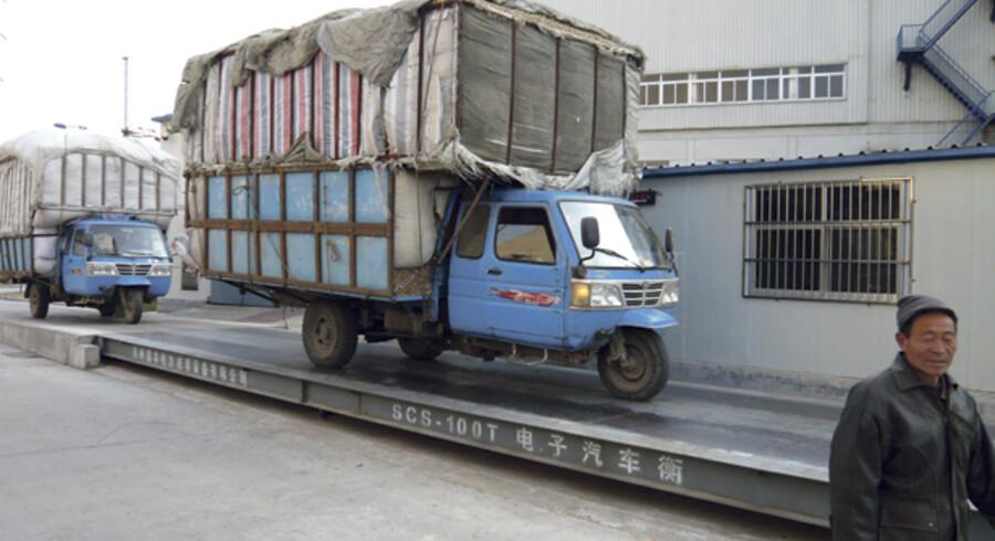 Kinesiske bønder afleverer biomassen til kraftværket Shanxian i Shandong-provinsen på deres karakteristiske trehjulede lastbiler.